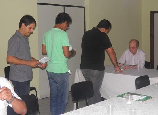 Houve sessão de autógrafos durante lançamento no Rotary