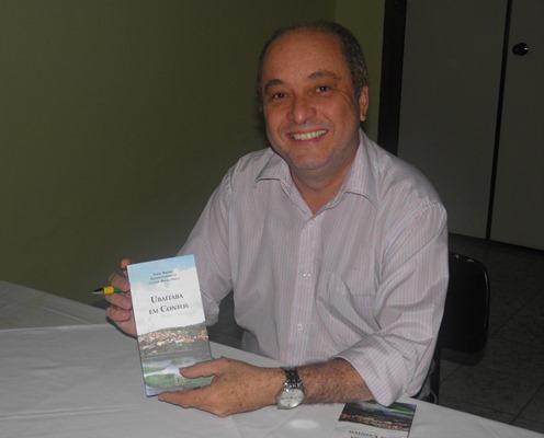"""Dr. Cláudio Rocha é o organizador da obra """"Ubaitaba Em Contos""""  (foto: Luíse Beatriz)"""