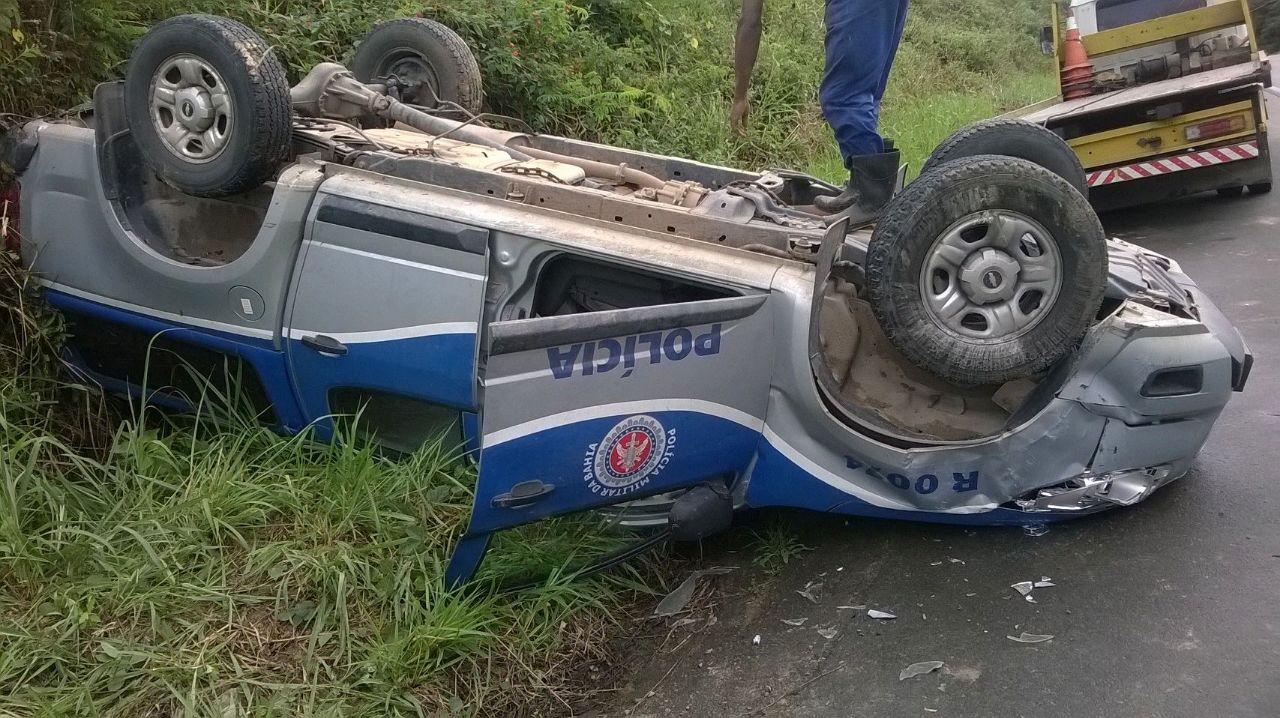 Policiais saíram ilesos de acidente na BR-101 (Fotos Divulgação).