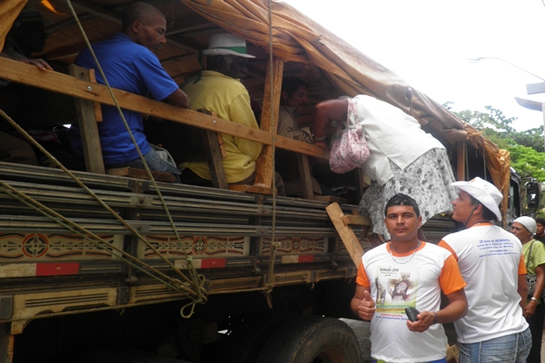 O acesso  dos romeiros à carroceria do caminhão e através de escadas