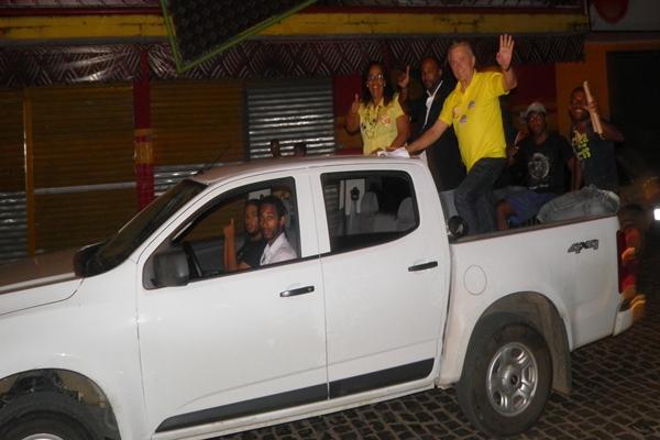 A vereadora Suely  e o  médico Mozart Araujo desfilaram ao lado  dos candidatos Bebeto Galvão e Sandro Regis