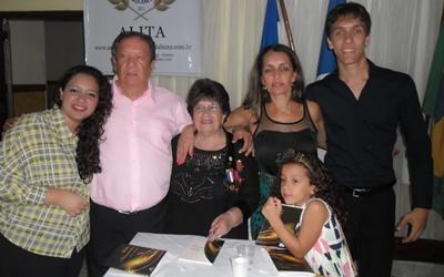 Ceres feliz,  ao lado dos familiares, em Ubaitaba