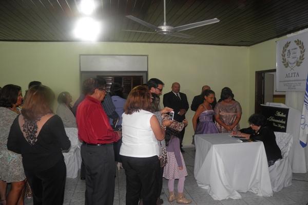 A fila para  autógrafo foi extensa, e muitos queiram se fotografados com a autora