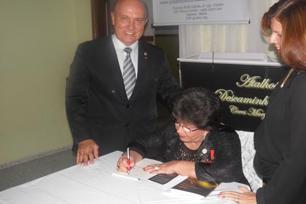 O casal Kekede e Elied recebe exemplar autografado pela autora