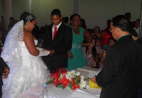 """Os noivos Railon e Nivia deram o """"sim"""" na presença do Juiz de Paz e fez a troca de alianças"""
