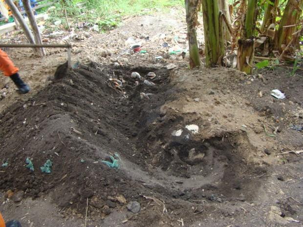 A cova foi no fundo da casa onde a namorada foi enterrada