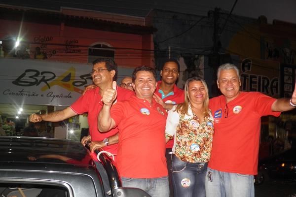 Davidson ao lado de  vereadores e lidernaças políticas desfilou em carro aberto
