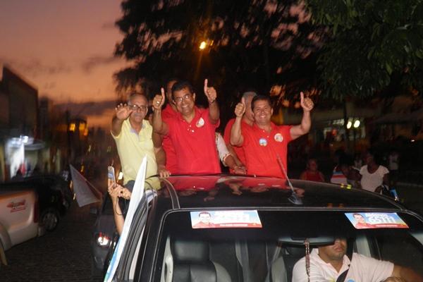 O candidato Davidson Magalhães desfilou pelas ruas de Ubaitaba ao lado de lideranças