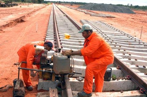 A Fiol teve as obras iniciadas pela Valec em 2010, e atualmente a previsão do governo para a conclusão é até abril de 2016.