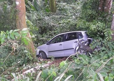 Carro desceu a ribanceira após se fechado por carreta