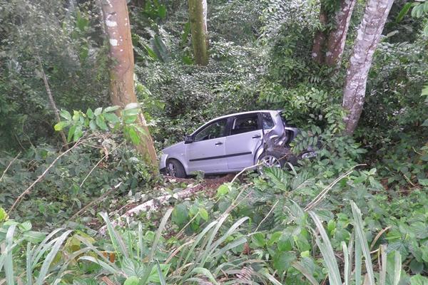 Carro desceu a ribanceira após se fecha por carreta