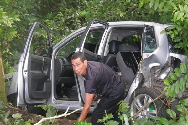 Populares chegaram  para tirar o motorista de dentro do veículo