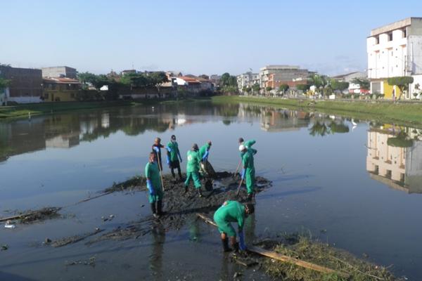 O lago vem sofrendo com excessivo despejo de dejetos orgâncios