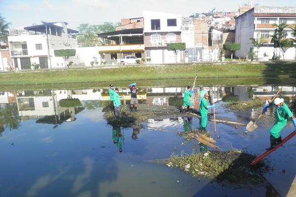 Funcionários da Prefeitura retiram a matéria orgânica que vem provocando a degradação do manancial