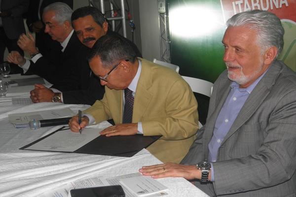 O ministro dos Transportes, Paulo Sérgio Passos, ao lado do governador assinou o edital para licitação da obra