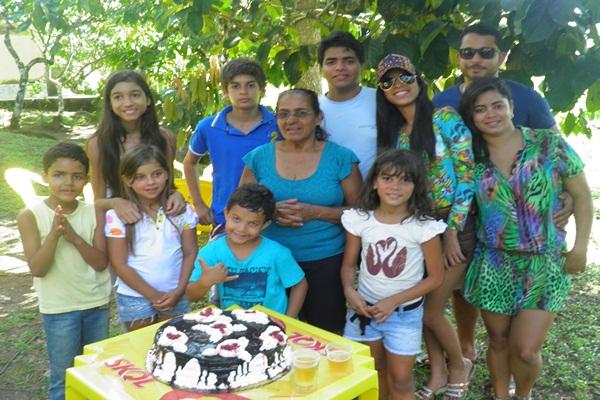 Dona Preta e os netos durante o festejo do aniversário