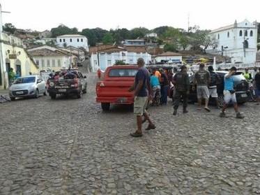 A população protestou na porta Companhia de Polícia