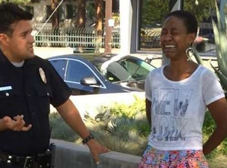 Atriz negra é preso após beijar marido branco e ser confundida com prostituta (Foto: Reprodução/Facebook)