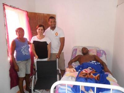 Dona Maria( 1ª da esq.) recebeu a doação da cadeira, feita através da rotariana Elied Soares e do rotaractiano Danilo Pereira, para o seu filho Márcio dos Santos ( deitado).