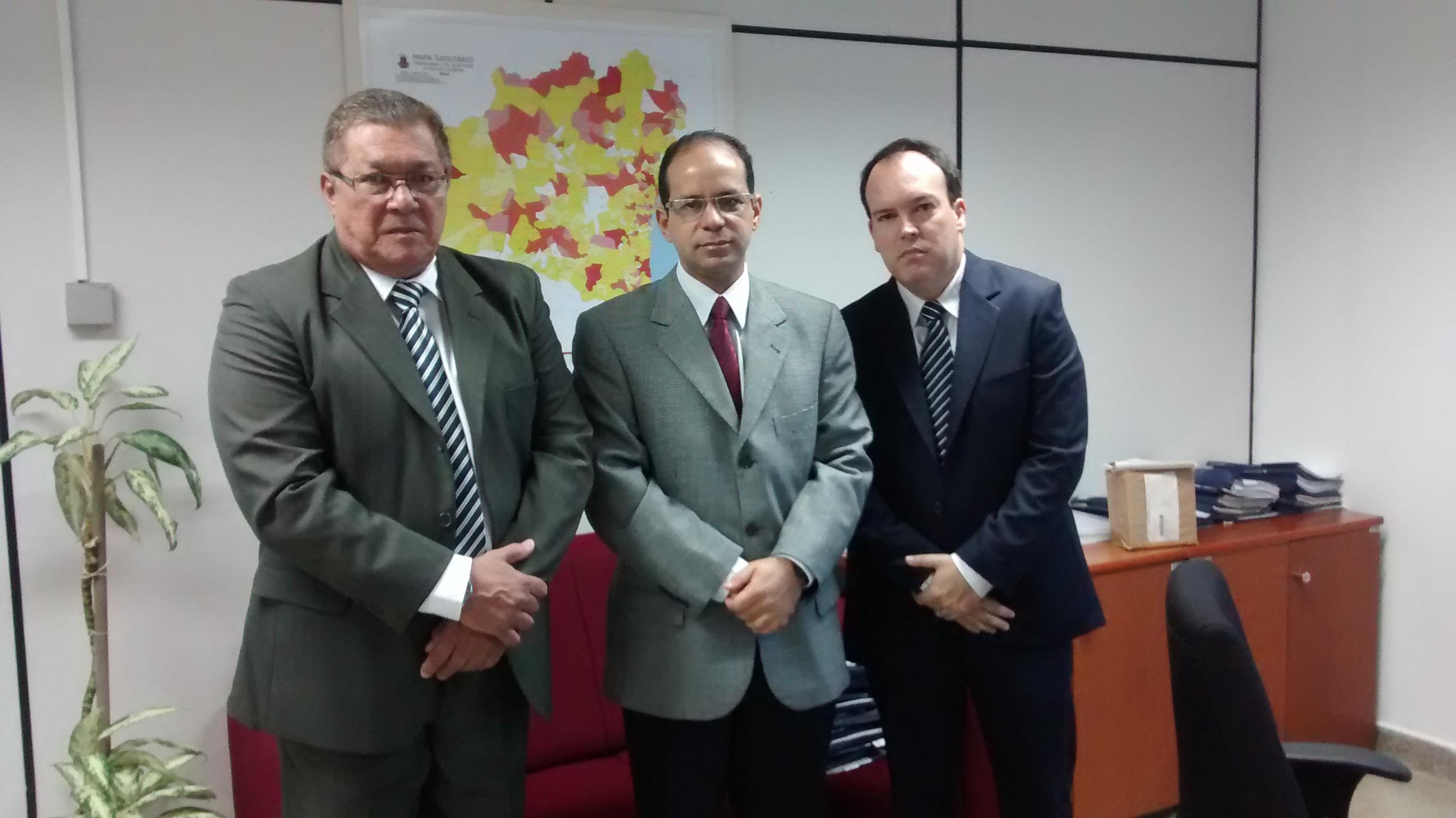 Os advogados Duda Pires e Paulo Aragão ladeados pelo  Assessor Especial da Presidência Dr. Ozéias Costa de Souza
