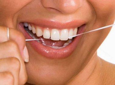 O uso do fio dental é importante, mesmo com a escovação