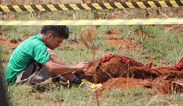 Isaac Silva de Oliveira mostra à Policia onde enterrou o corpo da mãe