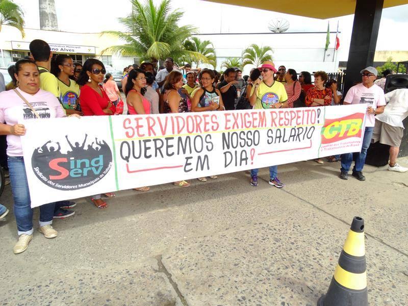 O servidores  protestaram na porta da prefeitura