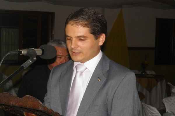 Márcio Magalhães fazendo  o juramento, durante a sua posse no Rotary