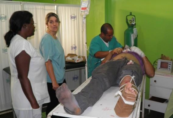O motociclista recebeu os primeiros socorros, no hospital da cidade e  teve o pé mobilizado
