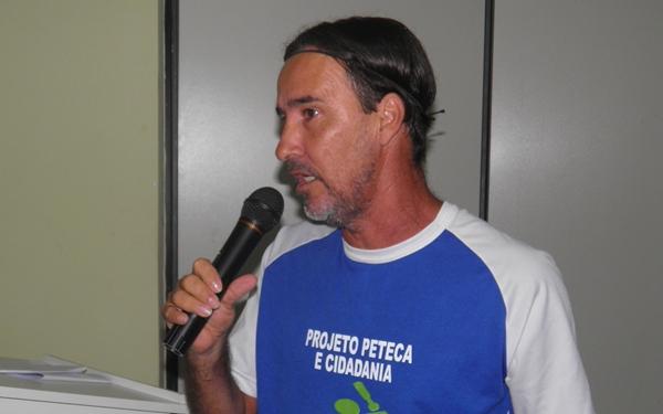 Um dos homenageados , Melecau  coordenador do Projeto Peteca agradece a honraria