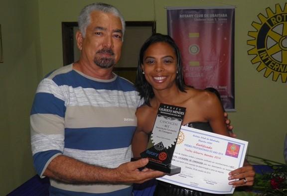 O rotariano Humberto Hugo, um dos fundadores da Associação de Canoagem, entrega o troféu a canoista e presidente, Camila Lima