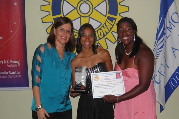 A Secretária do Rotary, Elied Soares, ladeada pelas campeãs de canoagem, Camila e Luciana, durante o evento