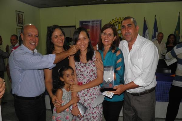 Maça e família recebe o troféu das mãos do presidente, Kekede