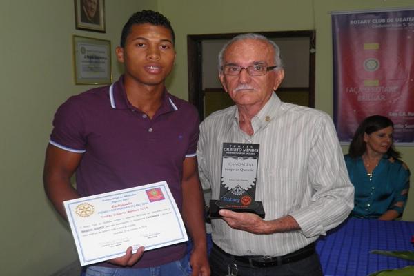 O rotariano Marinaldo Amorin entregando  o troféu ao irmão do campeão mundial, Ozaquias Queirós