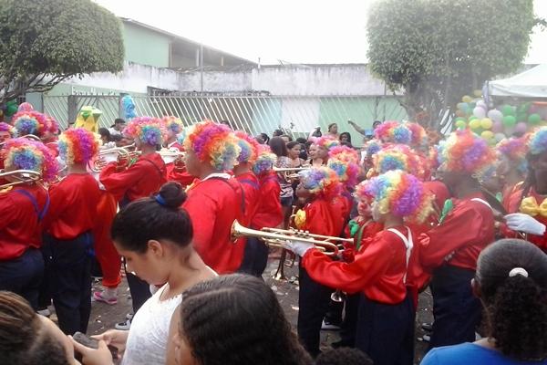 O grupo de palhaço deixou a festa colorida e musical