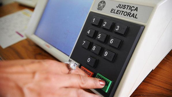 A urna brasileira foi elogiada pelos estrangeiros