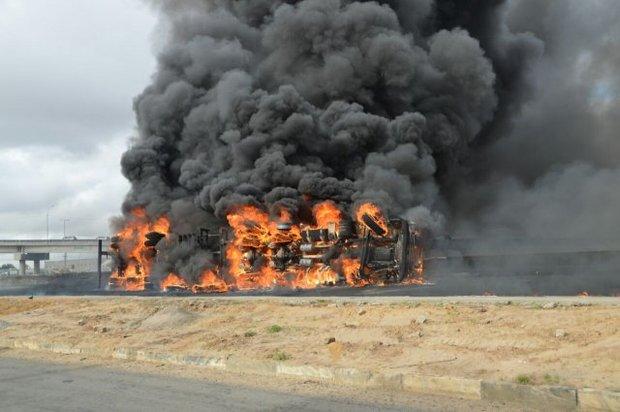 O veículo tombou na BR-116 Norte, dentro de Feira de Santana, e pegou fogo. O motorista ficou ferido durante o acidente