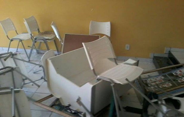 O quebra-quebra deixou os móveis retorcidos