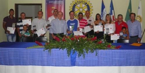Os dez homengeados exibem o troféu ladeados pelos presidente Kekede  e pelo filho de Gilberto Mendes, Almiro Mendes