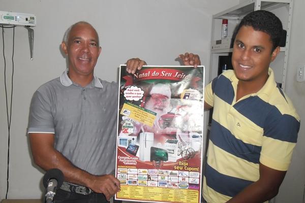"""O presidente da CDL, Isaac Rodrigues exibe o cartaz da """"Campanha"""", ao lado do Diretor Social,  Landualdo Brandão"""