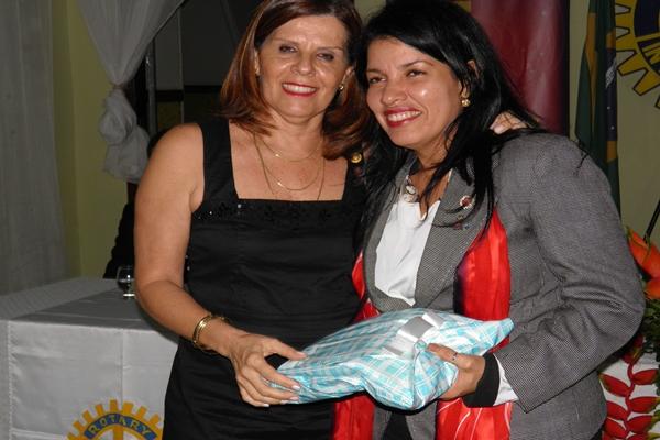 Elied presenteia Fernanda, num gesto de reconhecimento