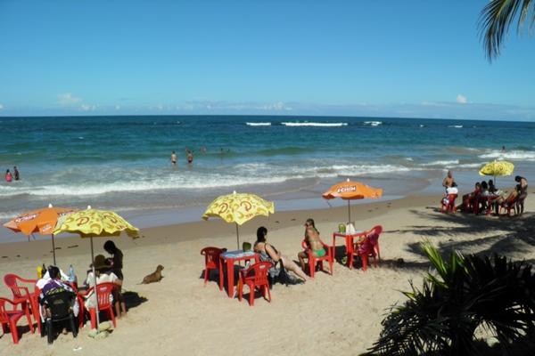 Praias tranquilas com pscinas naturais ótimas para a criançada se divertir