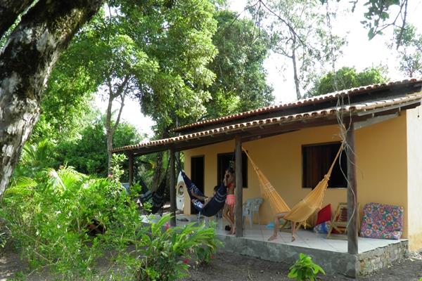 A casa tem ampla varanda com diversas redes para relaxar