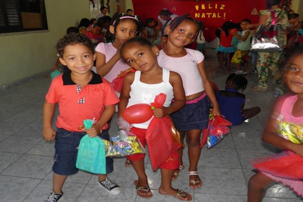 As crianças ficaram felizes com os presentes