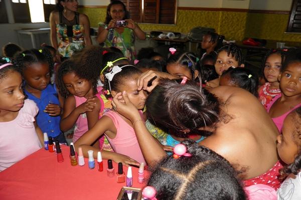 As crianças foram maquiadas antes da festa, pela Interactianas