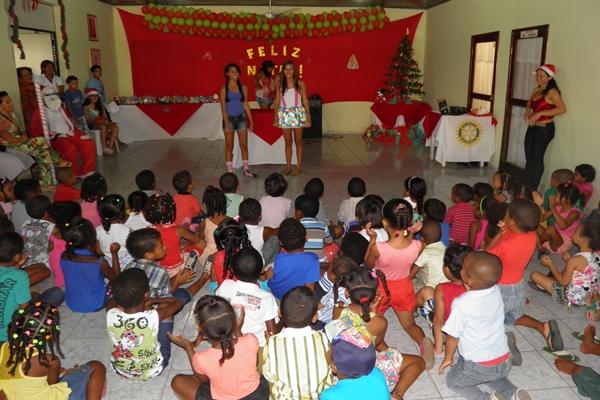 As meninas do Interact encenaram peças Teatrais para as crinaças