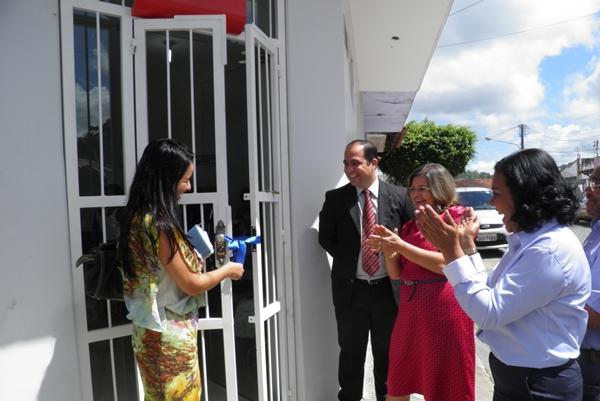 A prefeita Líu Andrade corta a fita inaugural