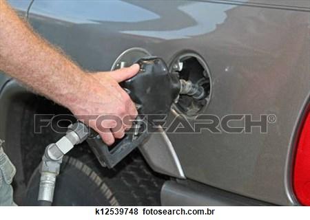 A gasolina será reajusta em 3% nas refinarias a partir da 0h desta sexta-feira (7) e o diesel sofrerá aumento de 5%, também nas refinarias.