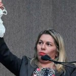 VEREADORA DISCURSA SEM CALCINHA NA CÂMARA EM PROTESTO CONTRA COLEGA
