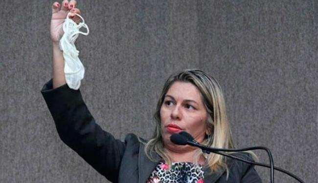 Lucimara exibe a calcinha em protesto contra colega de legislativo (Foto Divulgação).
